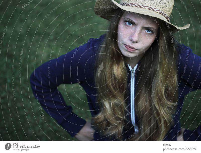 . feminin 1 Mensch Wiese Jacke Hut blond langhaarig beobachten Gefühle selbstbewußt Willensstärke Mut Tatkraft Wachsamkeit Unlust Stolz Wut Ärger gereizt