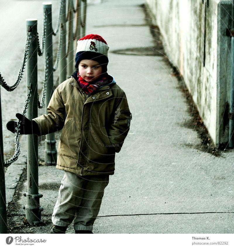 Nach Hause Jacke Kind Mütze Junge Kleinkind Kopfbedeckung Junior Wege & Pfade Kette Geländer Einsamkeit Langeweile Einzelkind Herbst Handschuhe trist