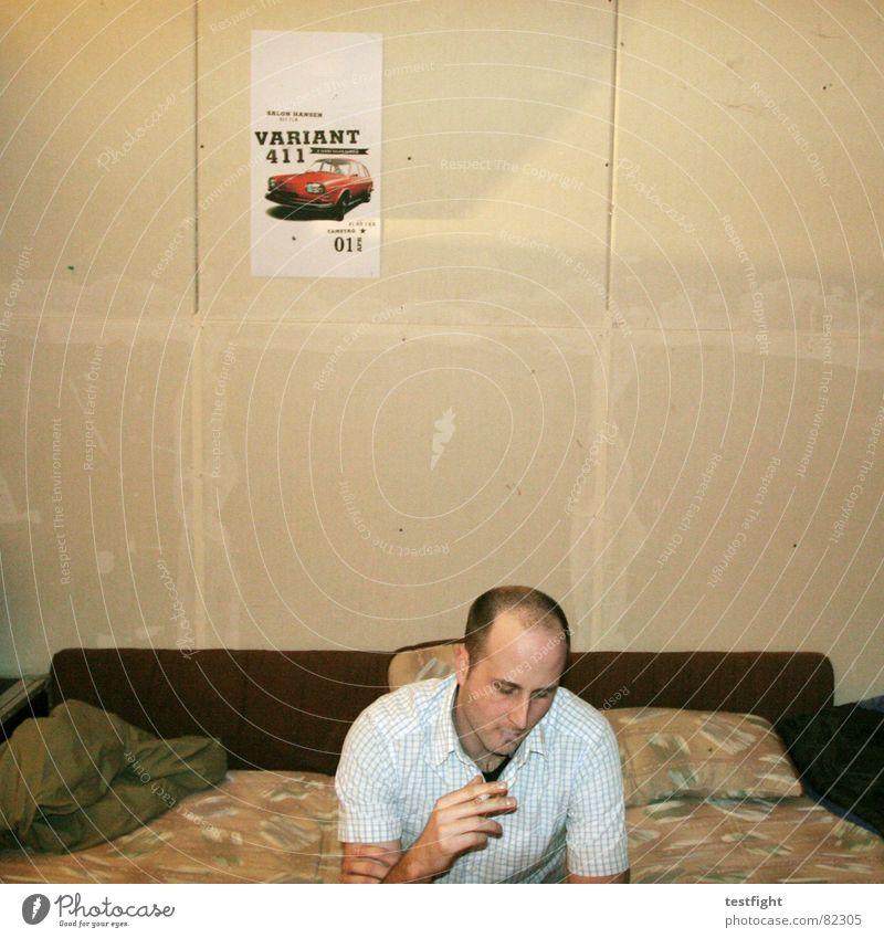 im proberaum Wand sitzen Pause Rauchen Sofa Konzert Schnur Typ schäbig Poster Plakat Schlagzeug Rock `n` Roll Kontrabass schädlich