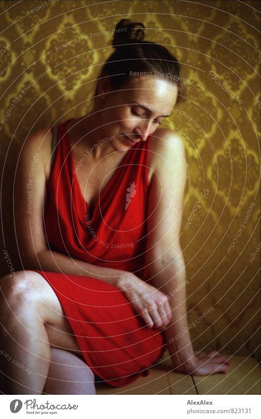 zum Tanz. Jugendliche schön Junge Frau rot 18-30 Jahre Erwachsene feminin Glück träumen elegant sitzen warten ästhetisch retro Romantik Kleid