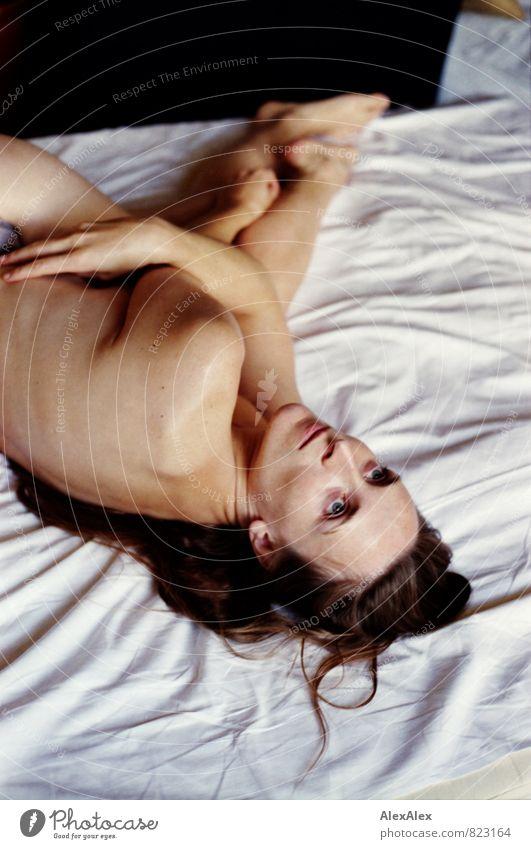 umschlungen Bettlaken Junge Frau Jugendliche 18-30 Jahre Erwachsene nackt Barfuß brünett langhaarig beobachten liegen Umarmen ästhetisch außergewöhnlich