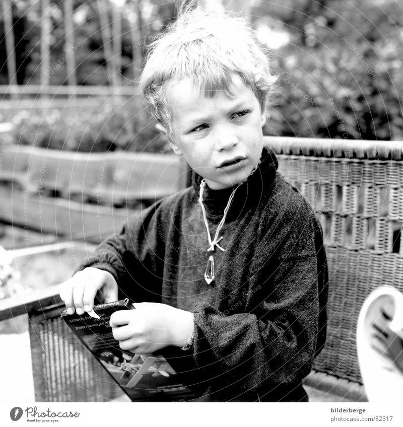 aufmerksam Kind Freude schwarz Junge grau Garten Denken Feste & Feiern Geburtstag Geschenk beobachten Konzentration Wachsamkeit Kindergarten Kontrolle Halskette