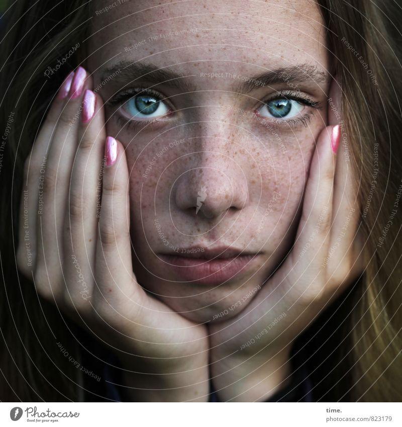 . Mensch schön Hand Gesicht Auge feminin Denken blond beobachten Finger Hoffnung Vertrauen langhaarig Sorge Langeweile Erschöpfung