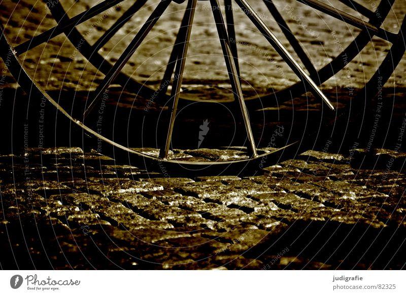 Zweirad Straße Fahrrad Platz Verkehr Dorf Vergangenheit historisch Kopfsteinpflaster Rad Handwerk Straßenbelag Markt antik Pflastersteine Gasse Marktplatz