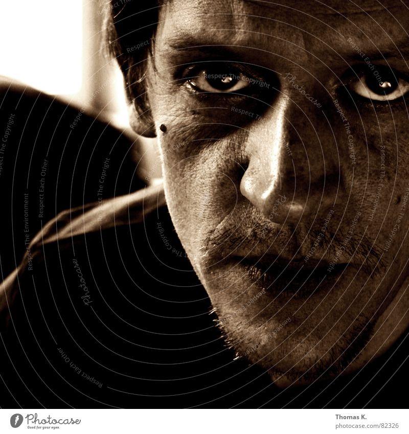 Schau mir in die Augen..... Klischee Beleuchtung Porträt Stirn Stirnfalte Bart Licht glühen Krankheit Seele Freundlichkeit Krimineller Mörder assoziativ Pupille