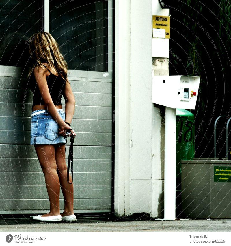 Anna Tanke Tankstelle Frau Garage Minirock Blick Dame blond beobachten Junge Frau Dienstleistungsgewerbe waschstraße Tor Haare & Frisuren weiblicher mensch