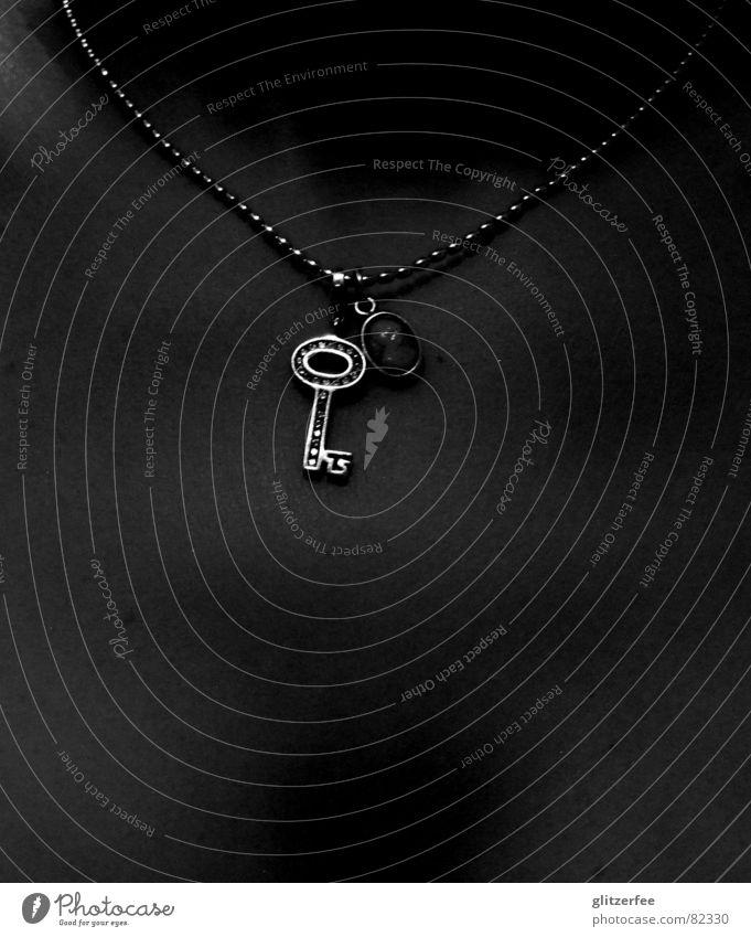schlüsselkind Frau glänzend Brust Reichtum Schmuck silber Schlüssel Halskette Fee Schwarzweißfoto Gefolgsleute Schlüsselbein