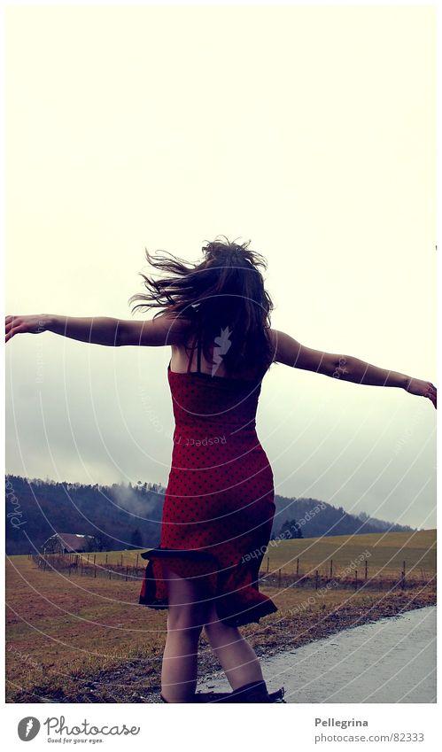 Der Berg ruft Frau Freude Freiheit Tanzen frei Kleid drehen