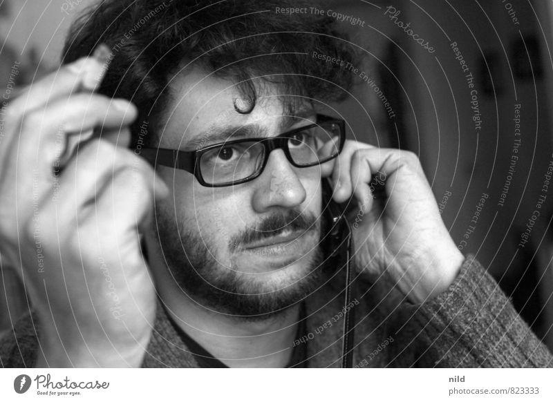 Anrufbeantworter Wohnzimmer Mensch maskulin Mann Erwachsene Kopf Haare & Frisuren Gesicht Bart Hand Finger 1 18-30 Jahre Jugendliche Brille schwarzhaarig Locken