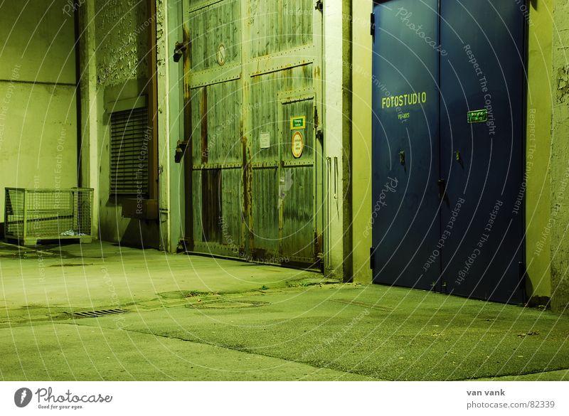Old vs. New Doors grün Belichtung Nacht Schrott Asphalt 2 Industrie Tor hinter verschlossenen Türen blau Abend Gefühle Studioaufnahme Momentaufnahme