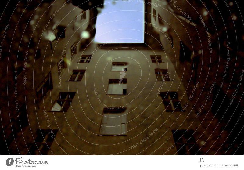 mit Gurtzuführung (Waffentechnik) = belt-fed Himmel alt Einsamkeit Haus Fenster Glas dreckig Wohnung Dach Treppenhaus Fensterscheibe Sanieren abgelegen Verzerrung Dachrinne Einfamilienhaus