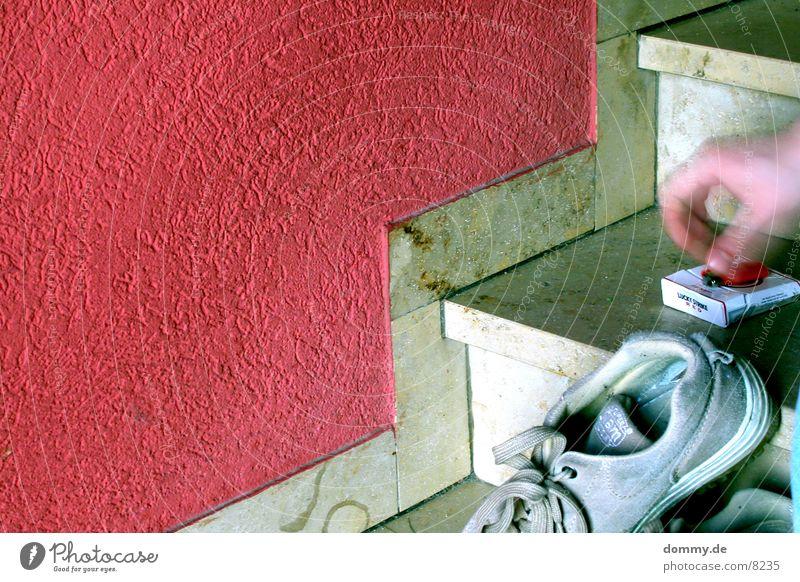 Schuhe anziehen Hand rot Wand Brand Treppe Zigarette Fototechnik