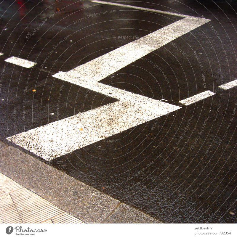 Haltelinie schwarz dunkel Straße grau Verkehr Hinweisschild Asphalt Bürgersteig Verkehrswege Straßenbelag Teer Straßenverkehr Bordsteinkante dezent Fahrbahn Zickzack