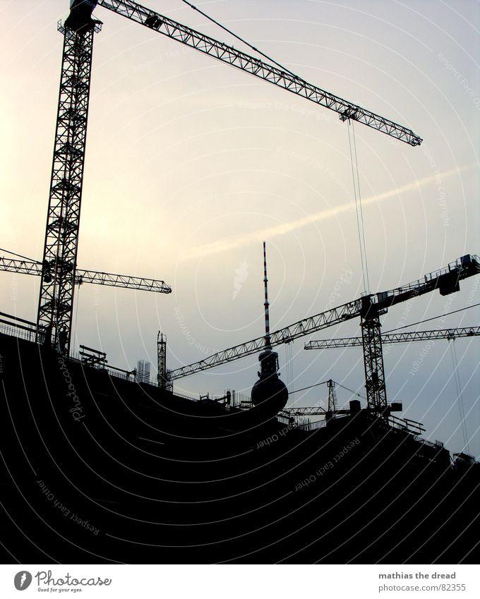 krangewusel 2 Himmel blau schwarz dunkel Berlin Arbeit & Erwerbstätigkeit Schönes Wetter Beton Baustelle Klarheit Stahl Handwerk bauen Kran Schattenspiel