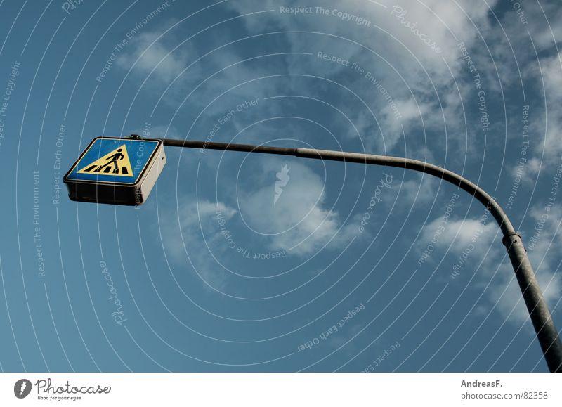 Fußgängerüberweg Himmel blau Wolken Straße Wege & Pfade gehen laufen Schilder & Markierungen Verkehr gefährlich Hinweisschild Sicherheit bedrohlich stoppen Schutz Dorf
