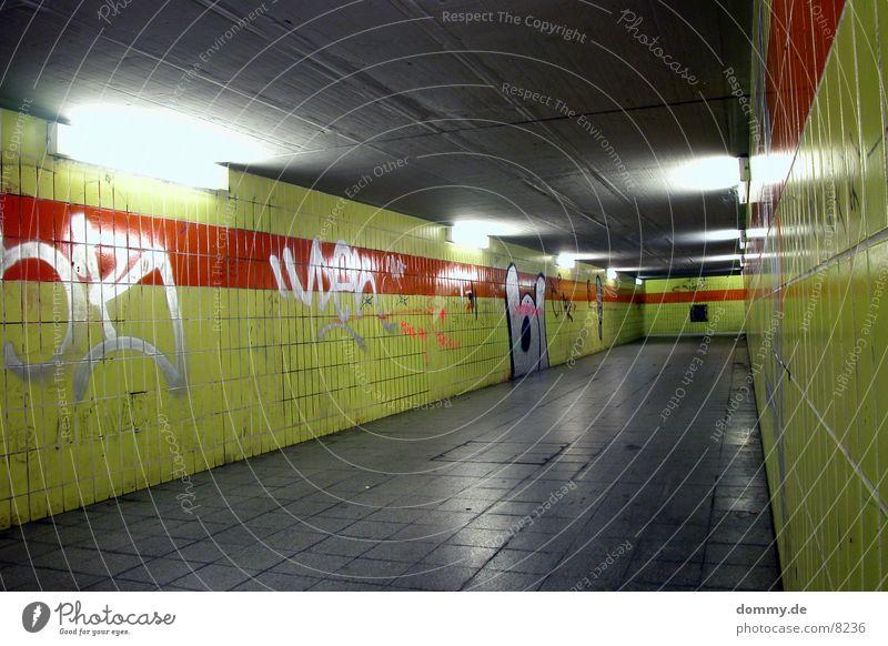 Unterführung Eisenbahn kalt Langzeitbelichtung Fliesen u. Kacheln grafitti