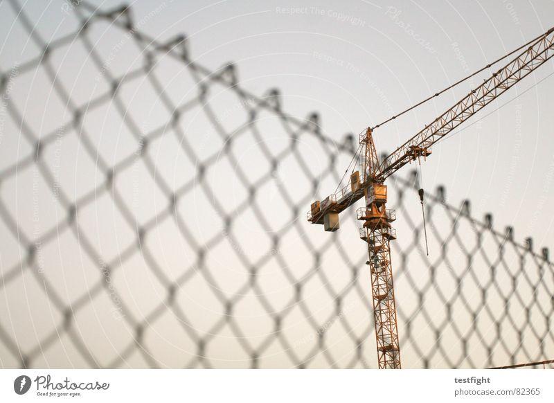 baustelle Himmel Gebäude Industrie Zaun bauen Kran Baukran Maschendraht