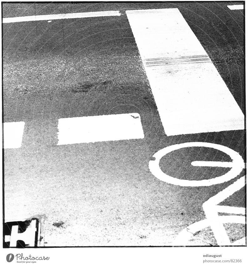Straße_1 Fahrradweg Asphalt Gully Fahrbahn Fahrweg Schwarzweißfoto