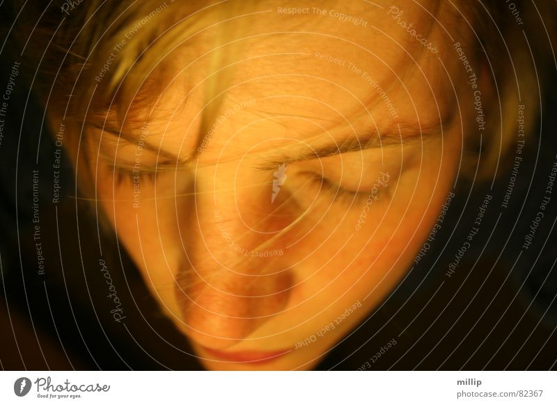 Unter der Küchenlampe... Frau Gesicht ruhig Auge dunkel blond Nase Konzentration Meditation