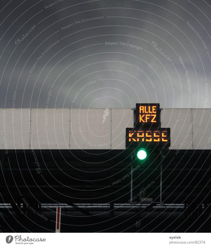 PKW Fahren wird wieder teurer ! kassieren verwalten Sammelstelle bezahlen Grenze Zoll Schranke stoppen Kasse Ärger Umwelt Umweltschutz Licht Ampel grau gelb