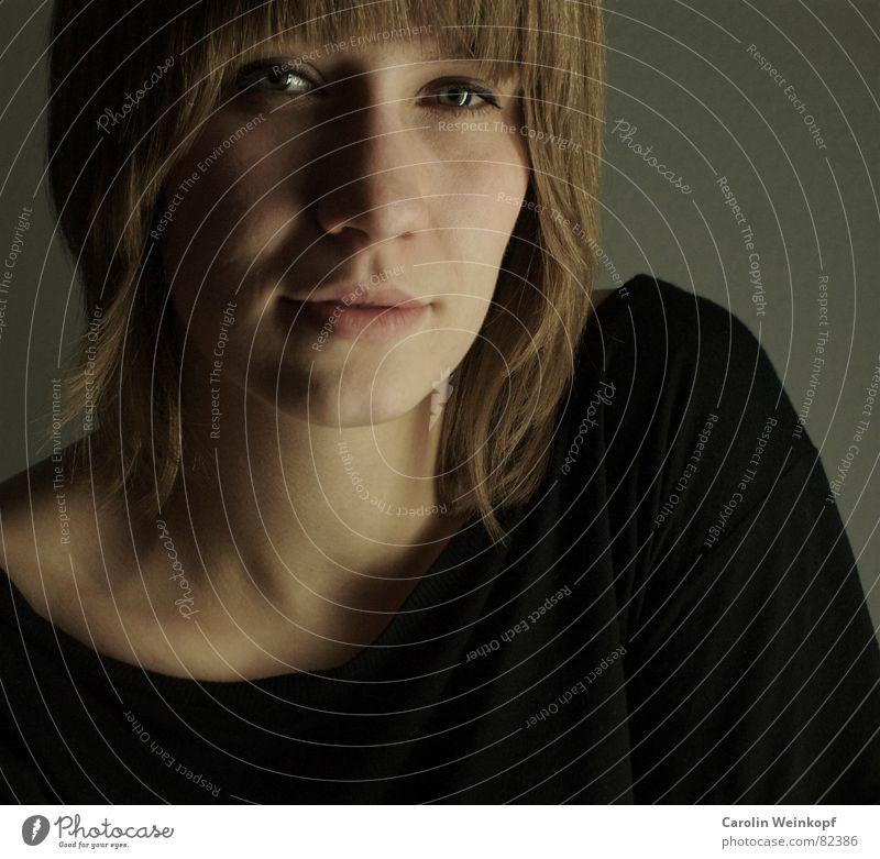 Outside: A Storm - Inside: A Smile Porträt Frau blond schwarz T-Shirt Schlüsselbein Neonlicht Schulter Lippen Pony Haare & Frisuren Hals Auge Nase Mund Schatten