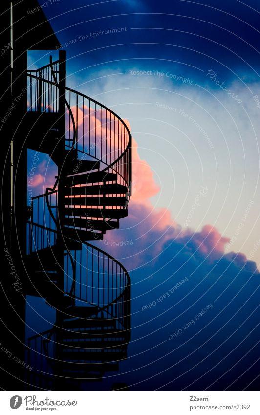 aufwärts steigen mehrfarbig rot Wolken dunkel Gebäude Wendeltreppe gehen modern oben abwärts Treppe Himmel blau Geländer architecture Leiter