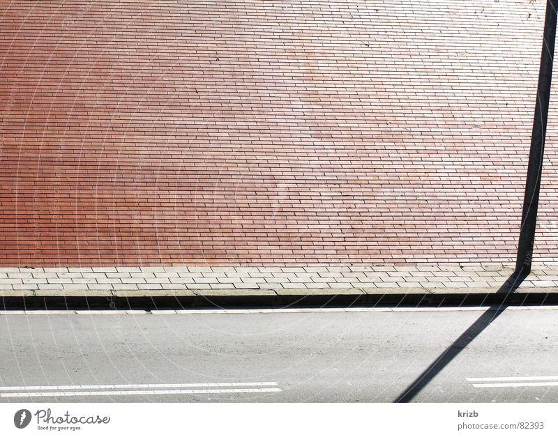 Drei nach Sieben Seitenstreifen Laterne Bürgersteig Fußgängerzone Fahrbahn Barcelona Mittagssonne Straßenbelag verdunkeln Asphalt Detailaufnahme Verkehrswege