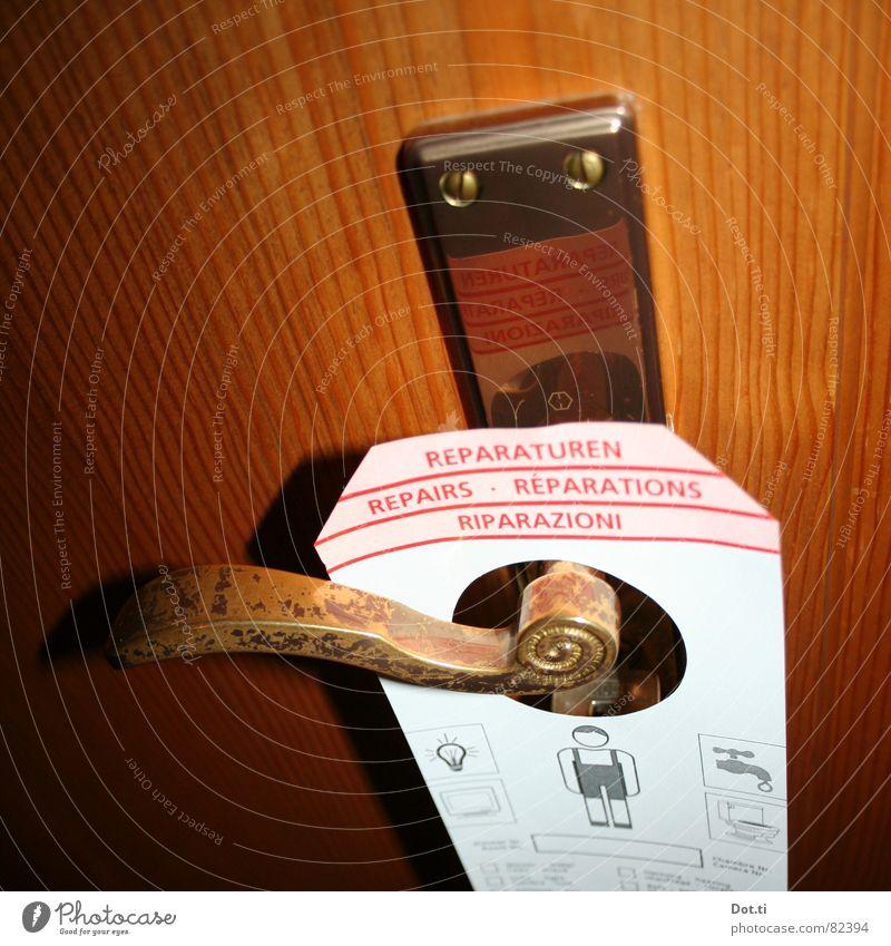 ins HOTEL? Hotel Gasthof Unterkunft Herberge Ferien & Urlaub & Reisen Zimmerservice Klempner Hausmeister Griff geschlossen schließen Erste Hilfe Holz zerstören