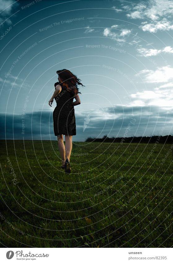 Run Frau Mensch Natur Jugendliche Himmel blau Sommer Freude Wolken Ferne Wiese feminin Gras Bewegung Freiheit Glück