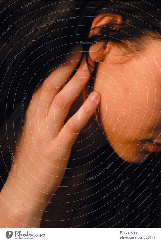 CUT01 Frau Hand rot schwarz Gesicht Mund Ohr berühren Konzentration Kinn