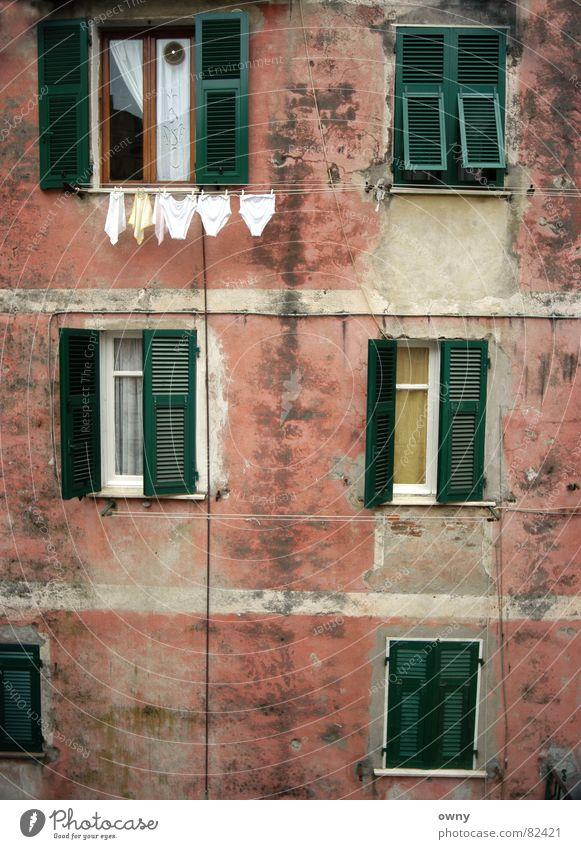 Italian Omi :) Italien Fenster Fensterladen Unterhose Wäscheleine Backstein Mauer Wand Vorhang grün rot Stillleben Haus ruhig Ferien & Urlaub & Reisen Erholung