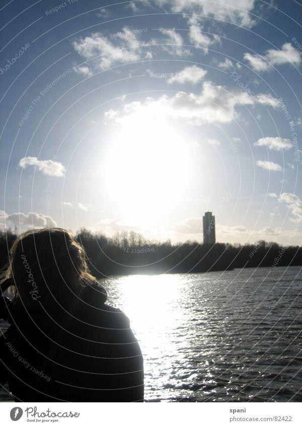 Sehnsucht Frau Natur Wasser Himmel Sonne blau Winter Ferien & Urlaub & Reisen Wolken Ferne Haare & Frisuren träumen See Wellen Hochhaus Horizont