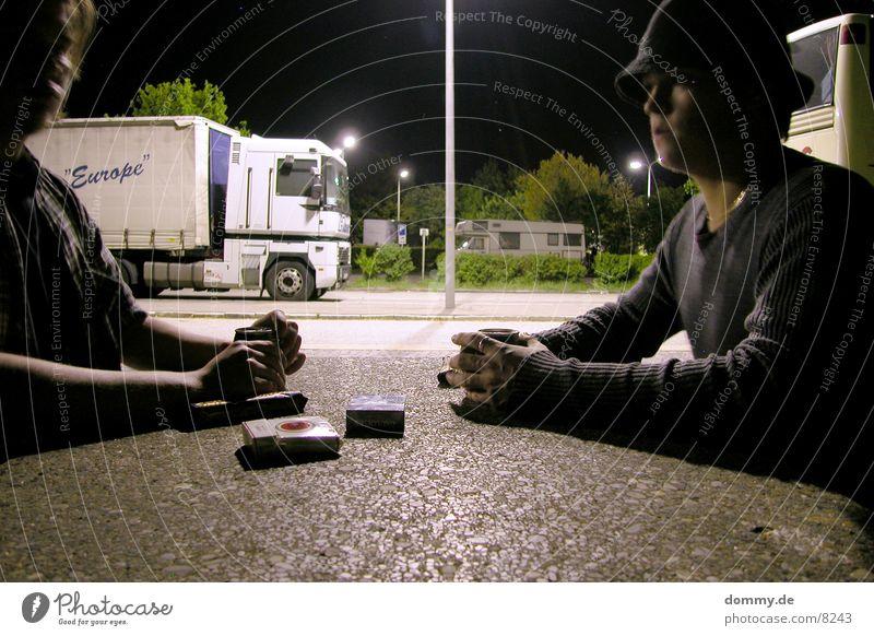 Abendmahl Mann Ernährung dunkel sprechen Bank Autobahn Dose Rastplatz