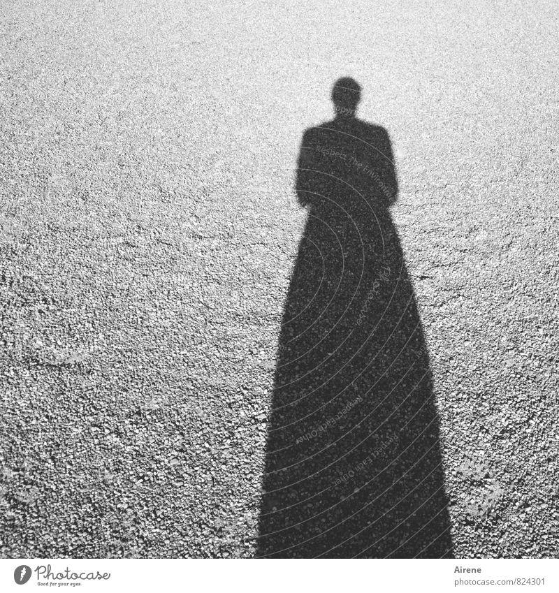 ein Schatten meiner selbst Mensch feminin 1 Sand Zeichen Silhouette bedrohlich Verzerrung dunkel lang gezogen einfach Schattenspiel Schwarzweißfoto