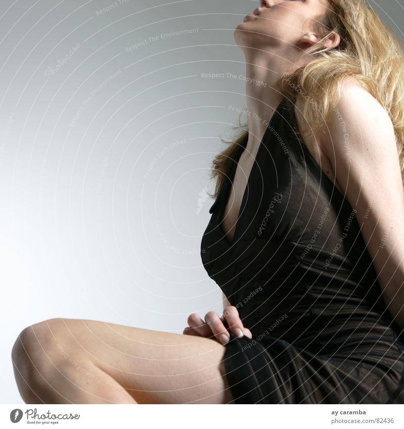 Lust Frau schön schwarz Gefühle Freiheit blond ästhetisch Kleid Schulter Knie Schlafzimmer