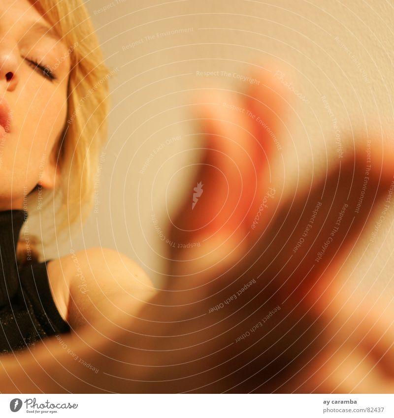Blondgirl Frau Hand schön Erholung träumen blond ästhetisch verrückt Macht Vergänglichkeit Lust Waffe Schuss zuletzt Rollkragenpullover