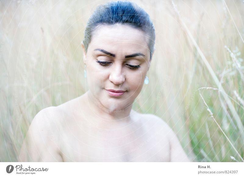 Madame R. II Frau Erwachsene 1 Mensch 30-45 Jahre Natur Landschaft Sommer Schönes Wetter Wiese Haare & Frisuren schwarzhaarig hell schön Wärme feminin weich