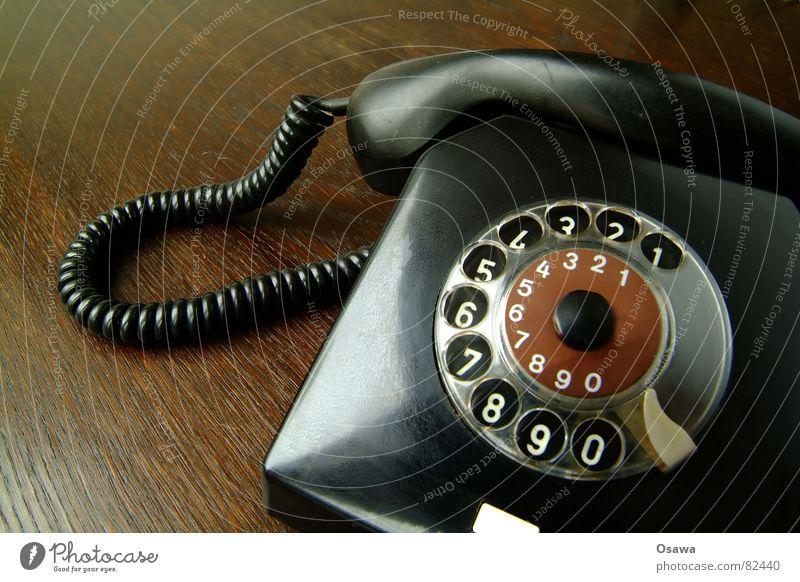 Telefon schwarz Holz Kommunizieren Telekommunikation Ziffern & Zahlen Kabel Ohr Kontakt Verbindung wählen verbinden Anschluss Holztisch Maserung Telefonhörer