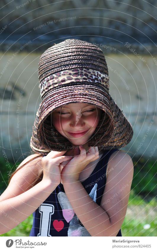 Mensch Kind Ferien & Urlaub & Reisen blau grün Sommer Sonne rot Mädchen Gesicht Auge Gefühle Spielen Stein Feste & Feiern Garten