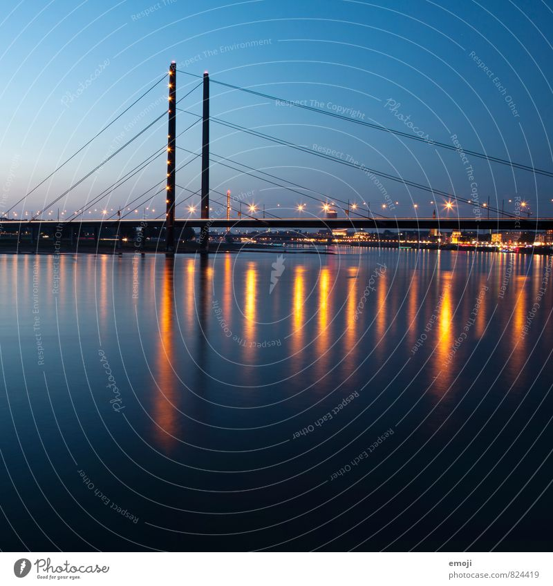 Düsseldorf Himmel Fluss Stadt Skyline Brücke Sehenswürdigkeit blau Energie Farbfoto Außenaufnahme Menschenleer Nacht Langzeitbelichtung Panorama (Aussicht)