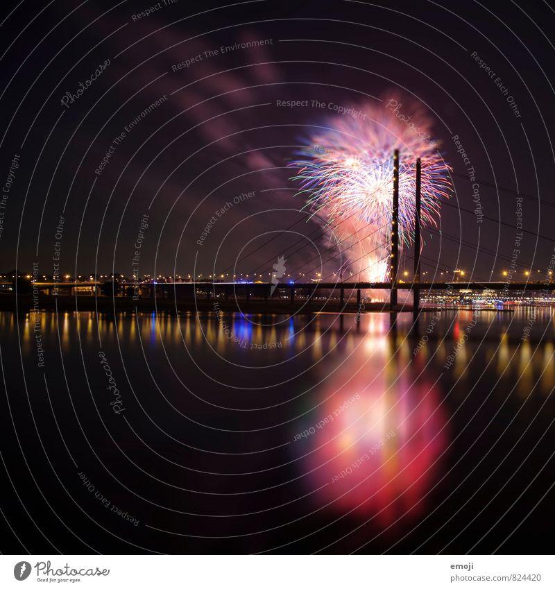Düsseldorf Feuerwerk Feiertag Nachthimmel Stadt Skyline Brücke außergewöhnlich schwarz Farbfoto mehrfarbig Außenaufnahme Menschenleer Schwache Tiefenschärfe