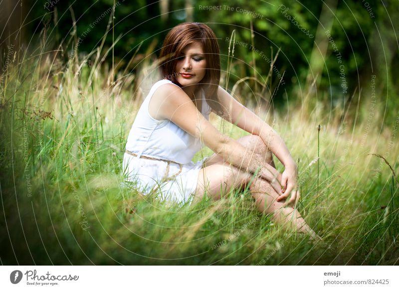 Wiese feminin Junge Frau Jugendliche 1 Mensch 18-30 Jahre Erwachsene Umwelt Natur Landschaft Sommer Schönes Wetter Gras Garten schön natürlich sitzen Farbfoto