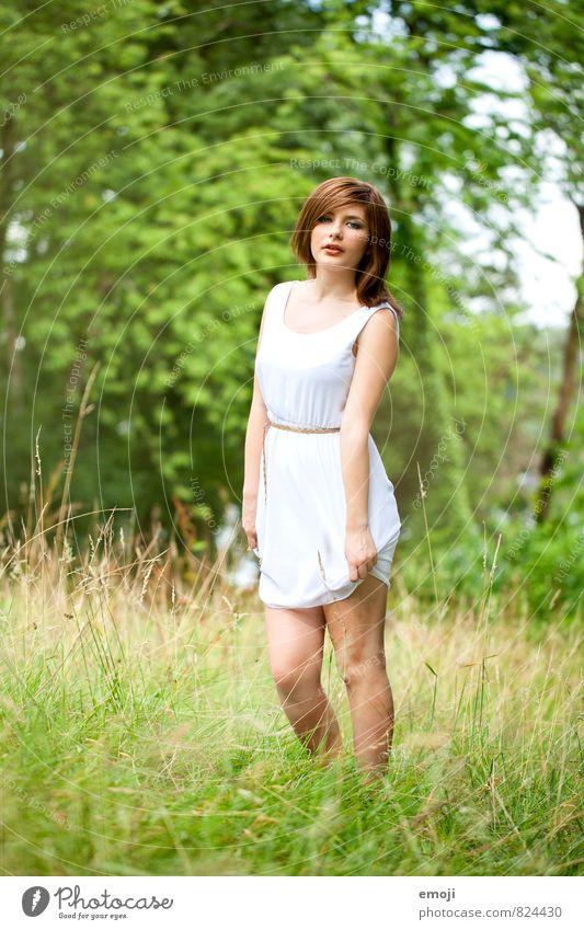 blanc feminin Junge Frau Jugendliche 1 Mensch 18-30 Jahre Erwachsene Umwelt Natur Landschaft Wiese Kleid schön natürlich grün Farbfoto Außenaufnahme Tag