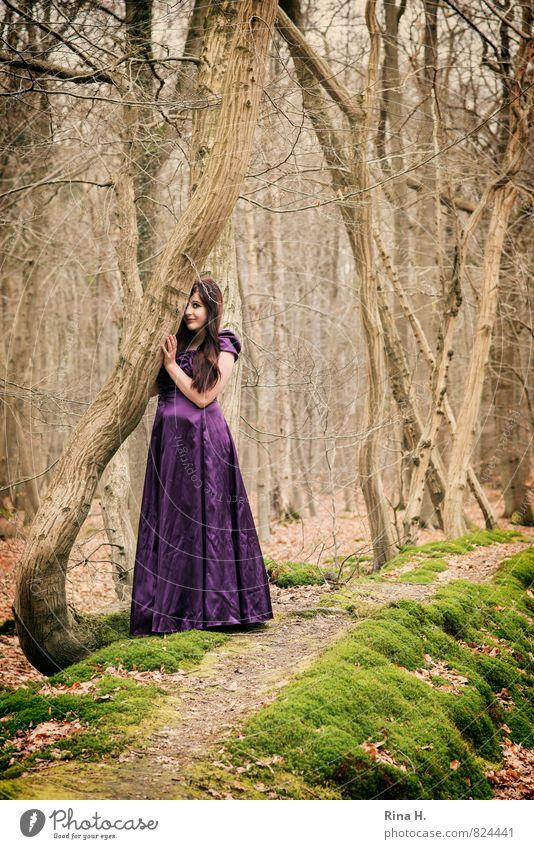 Erwartung Junge Frau Jugendliche 18-30 Jahre Erwachsene Umwelt Natur Winter Baum Moos Wald Wege & Pfade Bekleidung Kleid brünett langhaarig beobachten Lächeln