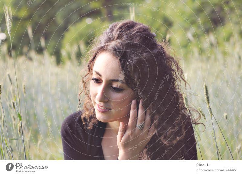 . Junge Frau Jugendliche 1 Mensch 18-30 Jahre Erwachsene Natur Landschaft Sommer Feld T-Shirt Haare & Frisuren brünett langhaarig Locken Lächeln sitzen schön