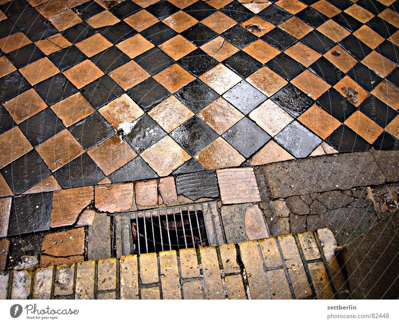 Hof (südlicher Zugang) Haus Hinterhof Stadthaus Fuge Gully Luke Hospitalisierung Bordsteinkante springen Backstein Läuferstein im Mauerwerk Schrott Hausschuhe