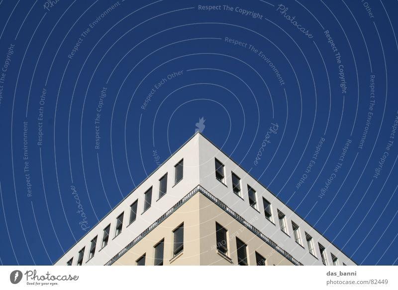 *einheitsbrei* erleuchten Haus Dreieck Fenster Design Symmetrie Froschperspektive Stil Freundlichkeit frisch Mitte Kunst Sommer blau blue building Spitze Ecke