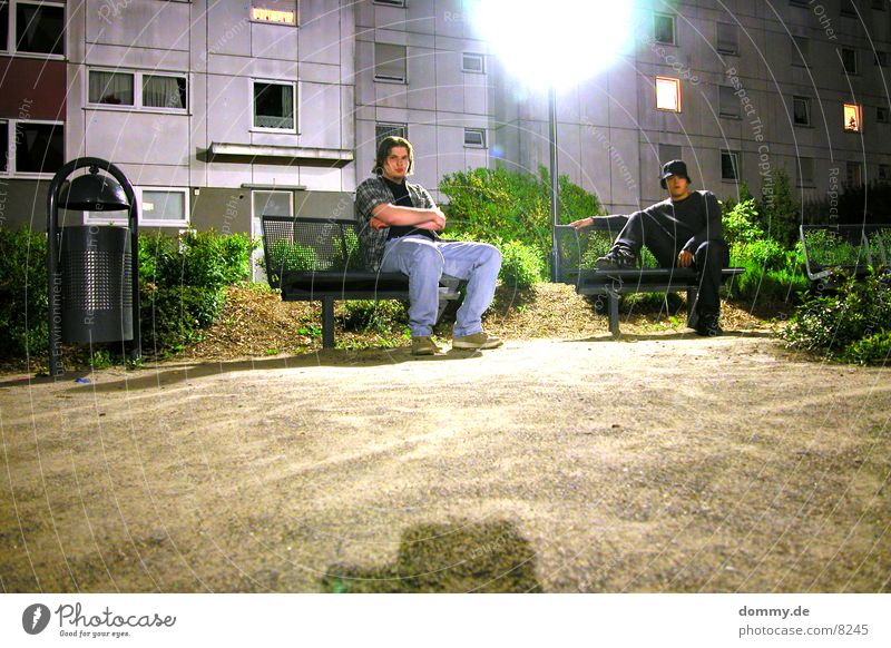chillen Mann grün Haus dunkel Park Bank spät