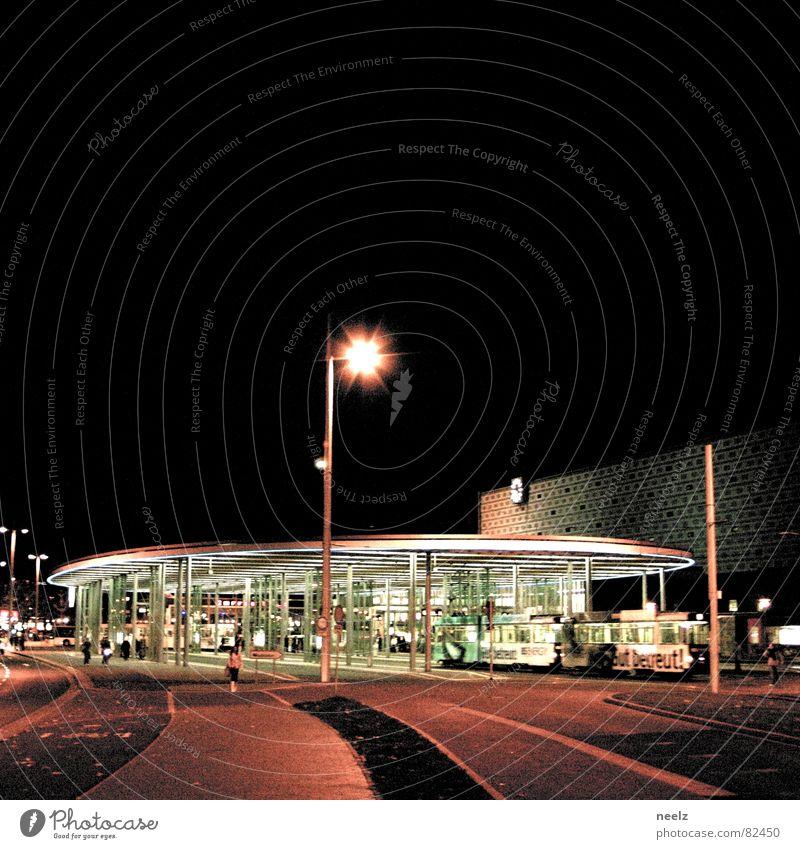 rauschende nacht Stadt dunkel Lampe Laterne Station Verkehrswege Nacht Bahnhof Straßenbeleuchtung Stadtteil Hauptstadt Nachthimmel Haltestelle Straßenbahn Nachtaufnahme Laternenpfahl