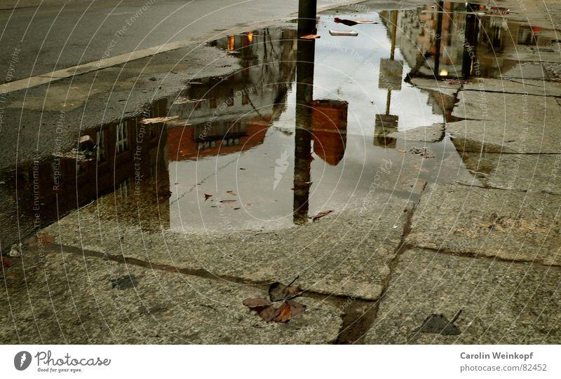 Pfützen-Art™ See Laternenpfahl Bushaltestelle Müllbehälter Haus Bürgersteig Osten Friedrichshain Straße Reflexion & Spiegelung dunkel trist Wolken Nachmittag